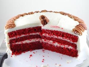 Cake Red Velvet, cubierto de queso crema y nueces pecanas