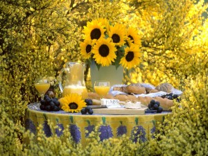 Jarrón con girasoles en una mesa con un buen desayuno