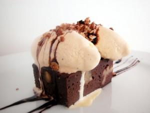 Postal: Brownie con helado de vainilla