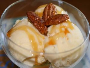 Copa con helado y nueces de pecán