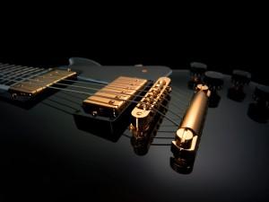 Una brillante guitarra negra