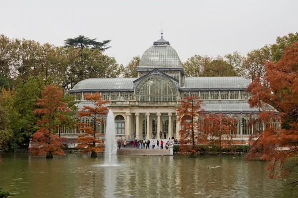 Vista otoñal del Palacio de Cristal en los Jardines del Retiro (Madrid, España)