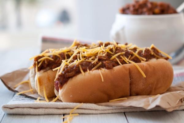 Hot dog con chili y queso