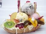 Barco de galleta con helados y frutas