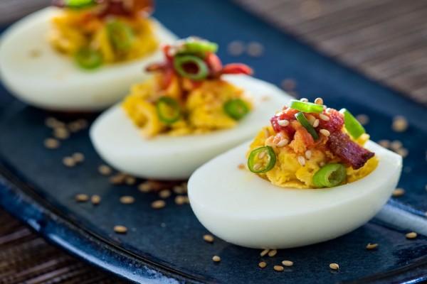 Huevos rellenos con bacon y chile