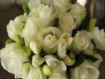 Ramo de fresias y rosas blancas