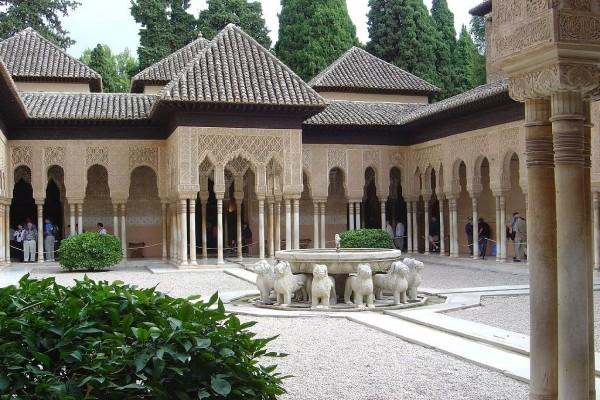 Patio de los Leones, en la Alhambra de Granada (España)
