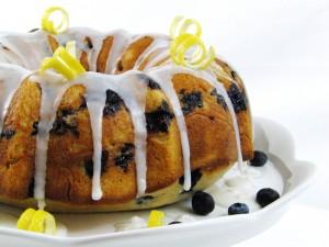 Bundt cake de arándanos con glaseado de limón