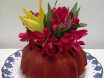Bundt cake decorado con flores