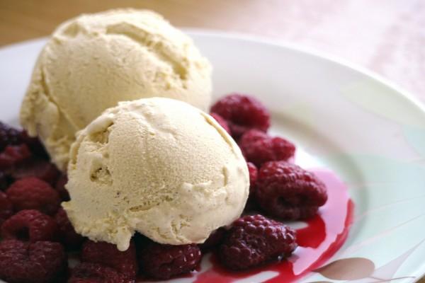 Bolas de helado de vainilla con frambuesas