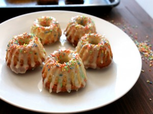 Mini bundt cakes con fideos de colores