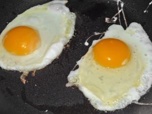 Dos huevos en una plancha