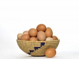 Cesta de mimbre con huevos