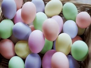Postal: Huevos de colores en tonos pastel