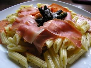 Penne rigate con lonchas de jamón serrano y aceite de oliva