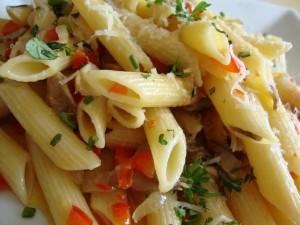 Penne rigate con tomate y queso