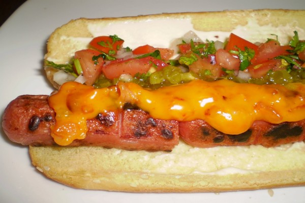 Hot Dog con queso cheddar y picadillo de vegetales