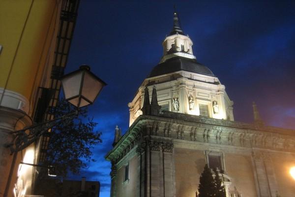 Vista nocturna de la Capilla de San Isidro (España)