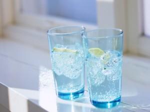 Dos vasos de agua con limón