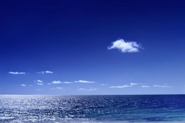 Mar y cielo azul