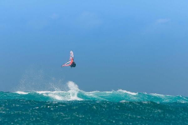 Gran salto de windsurf