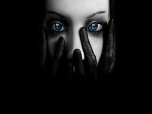 Postal: Cubriéndose la cara con guantes negros