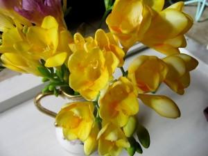 Postal: Jarrón con fresias amarillas