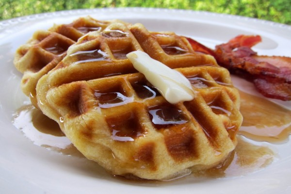 Waffles con mantequilla y bacon