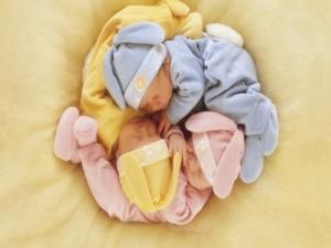 Bebés durmiendo entrelazados