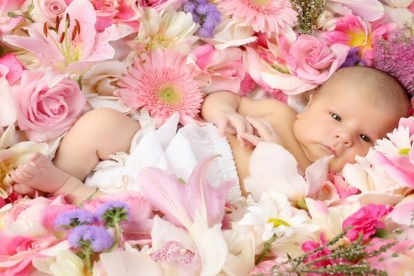 Un bebé acostado sobre flores