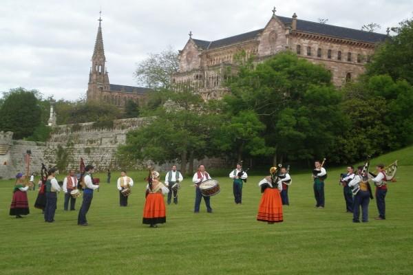 "Banda de gaitas ""La Montaña"" actuando en Comillas, Cantabria (España)"