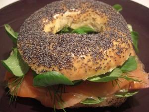 Bagels con salmón al eneldo y espinacas