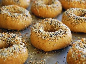 Bagels con semillas de sésamo y amapola