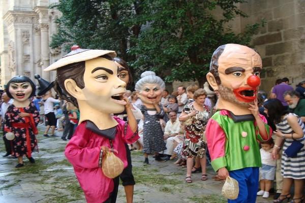 Cabezudos en las calles de Granada, España