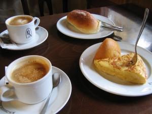 Postal: Café, tortilla de patata y bollos