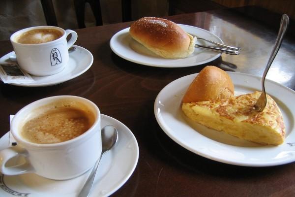 Café, tortilla de patata y bollos