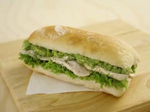Bocadillo de pan tierno con escarola y pechuga de pollo