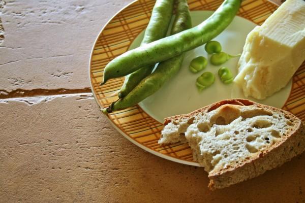 Habas, pan y queso