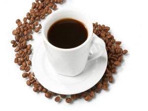 Taza de café con granos alrededor