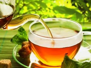 Postal: Sirviendo un té recién preparado