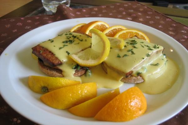 Tostadas con carne y salsa de naranjas