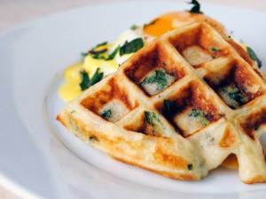 Waffle con hierbas aromáticas y huevo