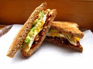 Sandwich de aguacate, bacon y huevo