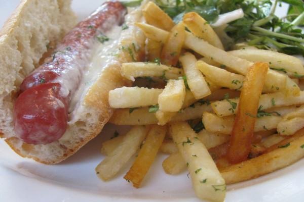 Bocadillo de salchicha y patatas fritas