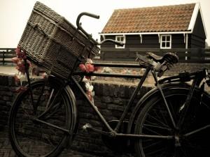 Bicicleta con cesta de mimbre