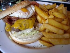 Hamburguesa con huevo y patatas