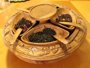 Bonito recipiente de madera para distintos tipos de té