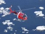 Guardia Costera Canadiense en helicóptero sobre el río San Lorenzo