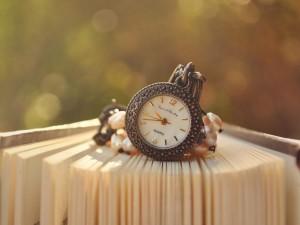 Reloj sobre un libro