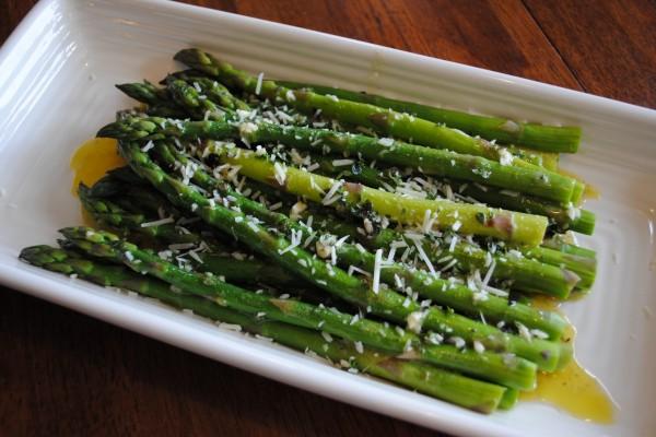 Espárragos verdes con aceite de oliva